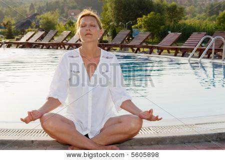 Jovem mulher sênior fazendo yoga