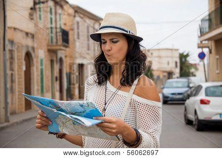 junges Paar von Touristen, die Beratung der Karte