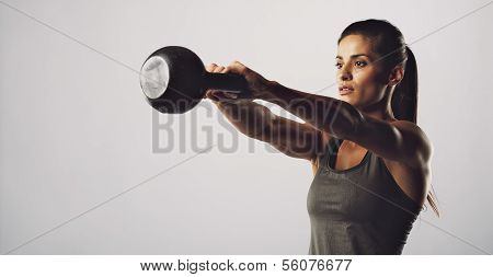Frau mit Kettle Bell Crossfit Training Ãœbung