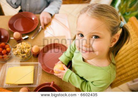 Menina comer o pequeno-almoço