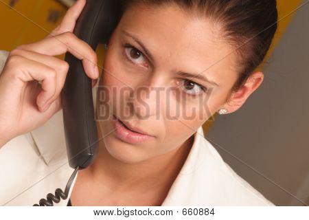Mujer de negocios blanco en el teléfono