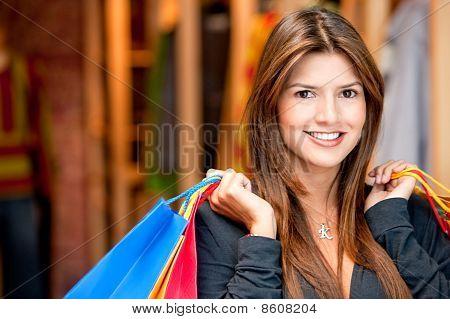 Schöne Einkaufsmöglichkeiten Frau