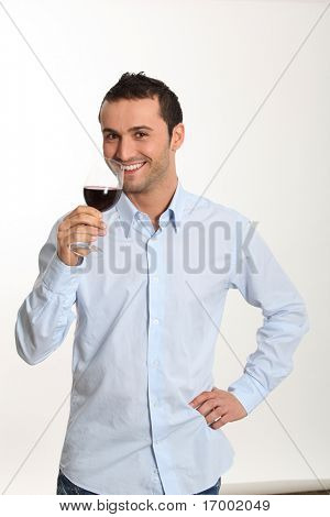 Junger Mann auf weißem Hintergrund Verkostung Rotwein