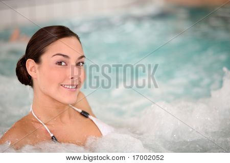 Beautiful young Woman relaxing in Meerwasser Whirlpool
