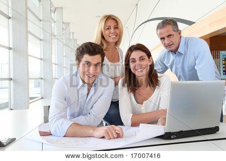 Trabalhadores de escritório, em reuniões de negócios