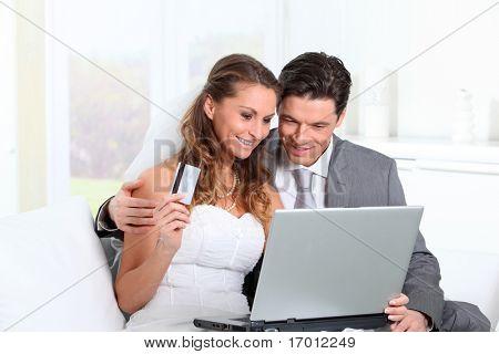 Novios haciendo compras en internet en casa