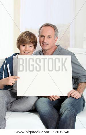 Tablero del mensaje de hombre y muchacho joven con blanco