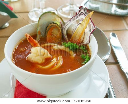 Sabrosa sopa sobre una mesa en el restaurante...