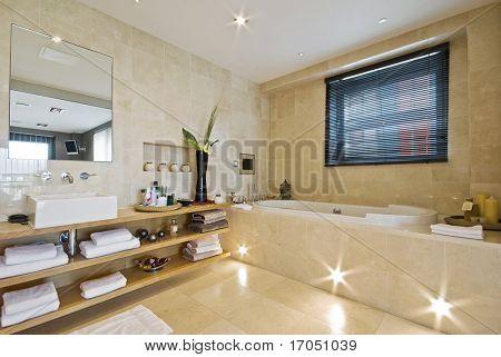 Luxusbadezimmer mit Licht braun Marmor und erbaute Plasma tv