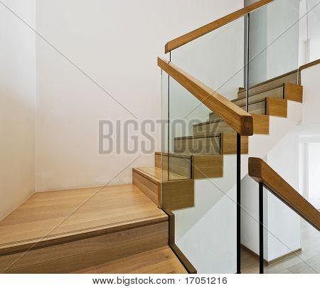 caja de la escalera contemporánea con escalones de madera y barandillas de cristal