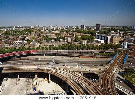 Stadtansicht mit belebten Kreuzung und Infrastruktur