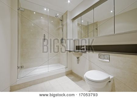 Luxe moderne en suite badkamer met van vloer tot plafond marmeren tegels stock foto stock - Moderne badkamer betegelde vloer ...