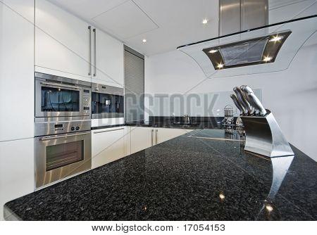 cocina de lujo con encimera de granito y electrodomésticos