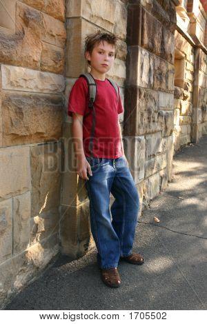 Jugend an Sandstein Mauer gelehnt