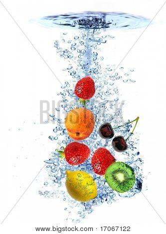 Frisches Obst, fiel ins Wasser