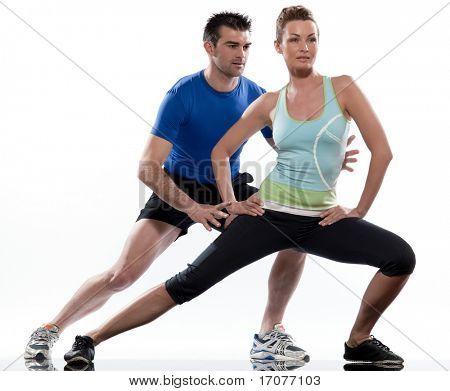 estirar la postura de entrenamiento por una pareja, un hombre y una mujer en el estudio de fondo blanco