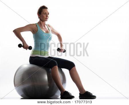 Frau Sitz an der Swiss Ball gesenkter blick Swiss ball weit Rudern