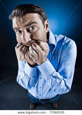 hombre caucásico miedo ansiedad miedo sin afeitar aislado studio sobre fondo negro