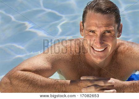 Retrato de um belo e feliz metade homem envelhecido relaxante descansando em suas mãos ao lado de perto