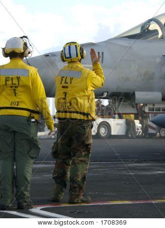 Marineros trabajando en la cubierta de vuelo