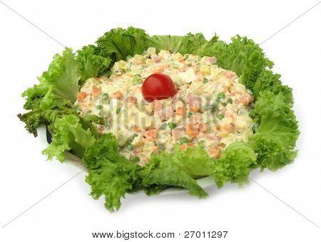 Plato frío ensalada mixta decorado con crujiente lechuga y tomate