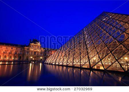 PARIS - el 16 de abril: Primer plano de la pirámide del Louvre brilla al atardecer durante la exposición de verano 16 de abril, 20