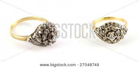 Antiguo anillo de diamantes, aislado sobre fondo blanco.