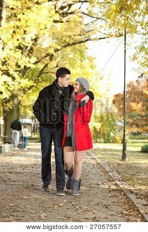 Junge liebe paar walking im Herbst Park, angenehme Zeit zusammen