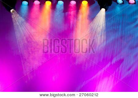 holofotes de fase colorida e viva no fundo do palco