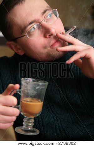 Homem de fumar com vidro
