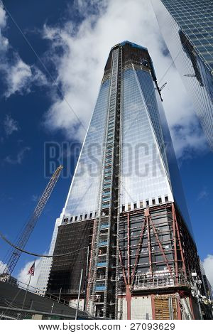 Nova Iorque - 3 de outubro: One World Trade Center (anteriormente conhecido como The Freedom Tower) é mostrado Und