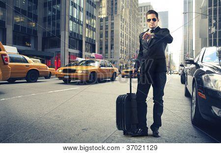 Empresario mirando su reloj en Nueva York