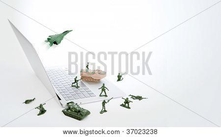 Concepto de seguridad del ordenador: soldados, tanque, avión están custodiando un portátil a virus, software espía y ha