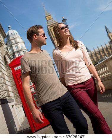 Pareja romántica caminando por las calles de Londres en un día veraniego