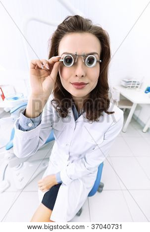 Dentist's assistant uses medical spectacles