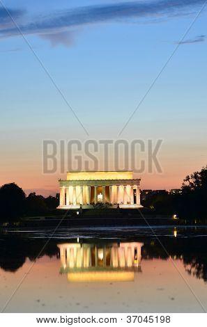 Washington DC, o Memorial de Lincoln e o espelho de reflexão sobre a piscina à noite