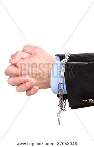 Mãos de empresário restringidas com cadeia isolada no branco