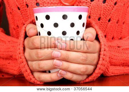 Hände halten Becher Heißgetränk Nahaufnahme