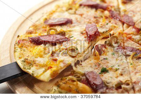 Pizza com salsicha, azeitonas e Gouda