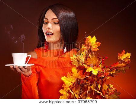 Sale de la mujer que sostiene la taza de café y naranja.
