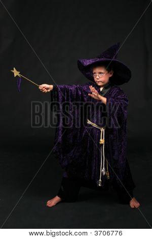 Menino de assistente com varinha mágica, lançando um feitiço