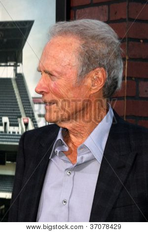 "LOS ANGELES - 19 de setembro: Clint Eastwood chega à Premiere de Los Angeles de ""Problemas com curva"" um"