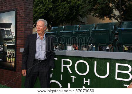 """LOS ANGELES - 19 de setembro: Clint Eastwood em """"Problemas com a curva"""" Los Angeles estréia em aldeia"""