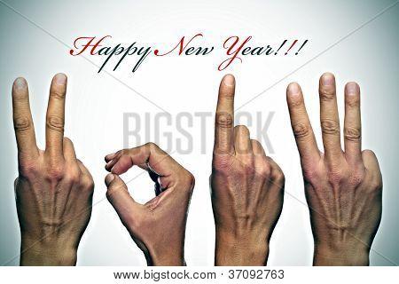 feliz año nuevo con las manos formando número 2013
