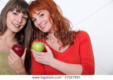 Duo de chicas con manzanas