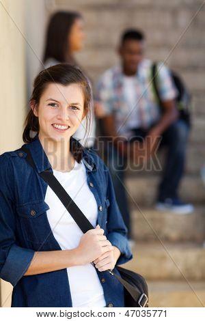 schöne junge Highschool-Teenager-Mädchen auf dem campus