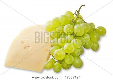 Queijo e uvas sobre um fundo branco