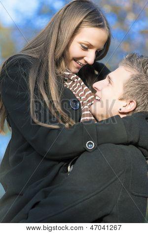 Retrato de duas pessoas jovens caucasianos sorrindo e demonstrando seu relacionamen acolhedor e íntimo