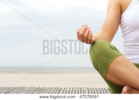 Retrato de manos femeninas de Yoga en la playa