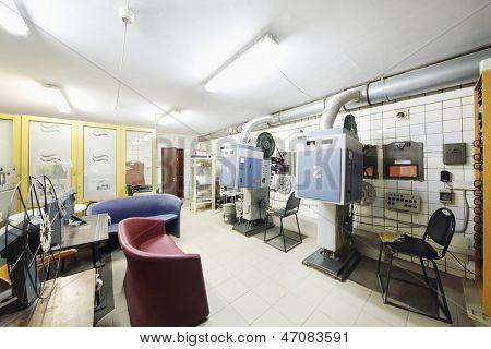 Zimmer mit Projektoren, Spulen mit Band und spezielle Ausrüstung des Kino-Theater.